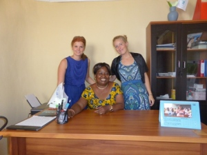 Malin Nilsson, Annie Matundu Mbambi, Tove Ivergård på kontoret i Kinshasa.