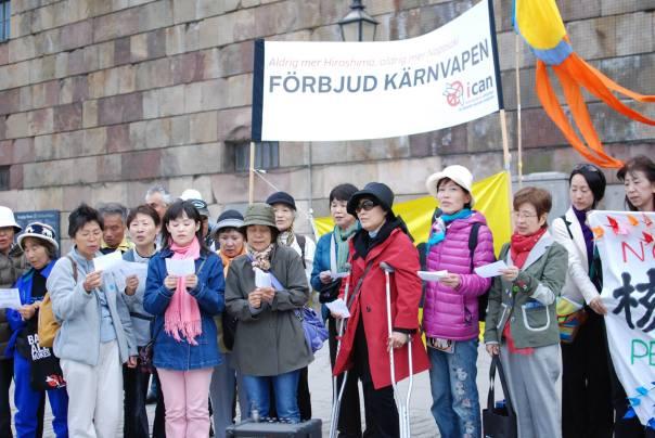 """Representanter från den japanska fredsbåten """"Peace Boat"""" i Stockholm under en aktion för ett förbud mot kärnvapen. En av deltagarna var Eiko Nisoida som överlevde bomben i Nagasaki. Foto:Josefin Lind."""