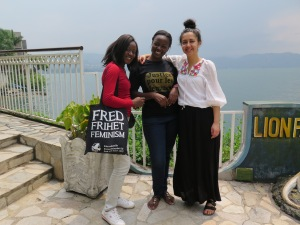 Sandra, Glady, och Sepideh med Kivusjön i bakgrunden innan vi tog båten till Bakavu.